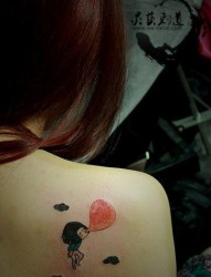 女人背部吹气球的女孩子纹身图片