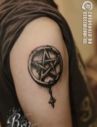 手臂经典流行的五芒星纹身图片