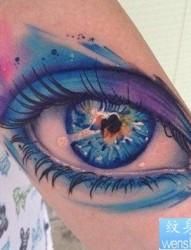 女人手臂漂亮精美的彩色眼睛纹身图片