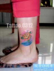 女孩子腿部时尚的欧美风格玫瑰花纹身图片