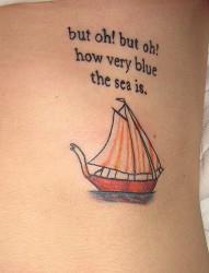 女性腰部帆船英文刺青