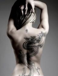 女人后背全刺青