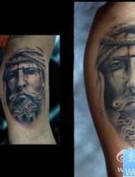 手臂经典的一张石雕耶稣肖像纹身图片