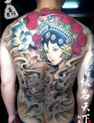 男生后背漂亮的满背花旦纹身图片