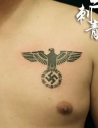 一张胸部图腾老鹰万字符纹身图片