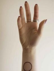 女性手臂圈圈图形刺青