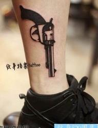 美女腿部图腾左轮手枪纹身图片