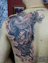 背部一幅般若龙纹身图片