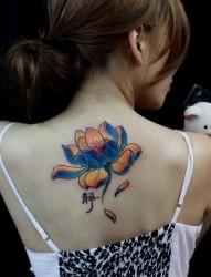 美女背部漂亮的彩色莲花纹身图片