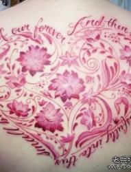后背漂亮的心形的花体字母与莲花纹身图片
