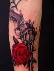 腿部纹身图片:腿部彩色玫瑰手枪纹身图片纹身作品