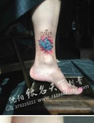美女腿部潮流漂亮的彩色莲花纹身图片