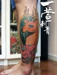 男生腿部潮流很酷的鹿纹身图片