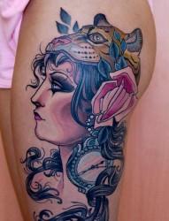 展示一幅大腿上的欧美美女纹身图片
