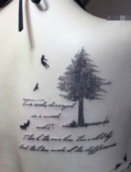 美女身上的水墨风格的小树与小鸟纹身图片
