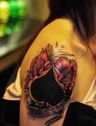 手臂漂亮的new school黑桃与玫瑰花纹身图片