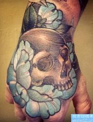给大家推荐手背上一幅个性骷髅纹身图片