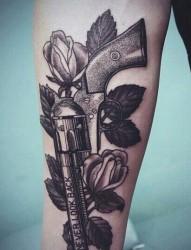 一组手臂手枪纹身图片由纹身520图库推荐