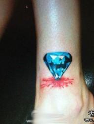 女孩子脚腕处彩色钻石纹身图片