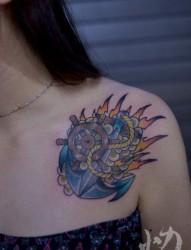 女人胸前漂亮潮流的船锚与船舵纹身图片