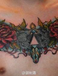 男人胸前潮流精美的玫瑰花纹身图片