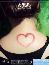 一幅女孩子颈部爱心纹身图片