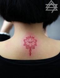 纹身520图库分享一幅颈部莲花纹身图片