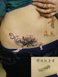 女人腹部唯美的黑白莲花纹身图片
