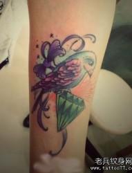 女孩子手臂小鸟蝴蝶结与钻石纹身图片