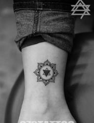 女人腿部唯美好看的花卉图腾纹身图片