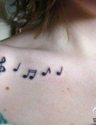 女人锁骨处唯美流行的音符纹身图片