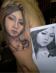 逼真的女人半臂肖像图案