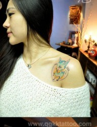 美女肩膀处潮流可爱的小鹿纹身图片
