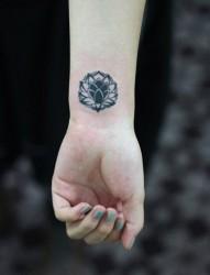 女人手腕处小巧好看的图腾莲花纹身图片