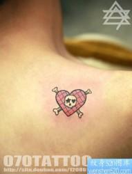 男人背部潮流小巧的爱心骷髅纹身图片