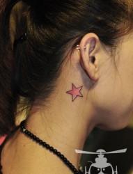 女人耳部小巧的粉色五角星纹身图片