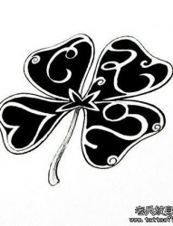 一幅小巧时尚的图腾四叶草纹身手稿