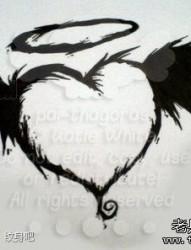 一幅小巧潮流的图腾爱心纹身图片