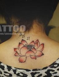推荐一幅后背红色水墨莲花纹身图片