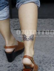 小腿上一幅潮流漂亮的蝴蝶结纹身图片
