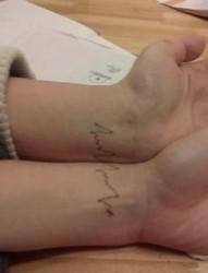 另类的手腕情侣心电图纹身图片