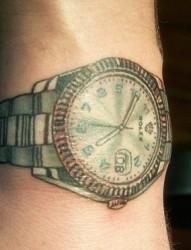 男人手臂独特手表彩色刺青
