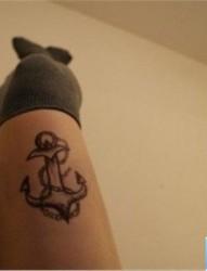 女生腿部个性锚黑灰欧美纹身图案
