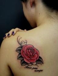 女孩后肩逼真的玫瑰花纹身图案图案