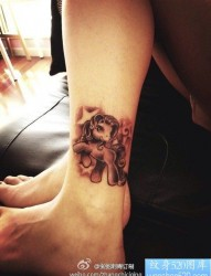 女性腿部独角兽纹身图案