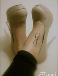 小清新脚面英文字母纹身图案