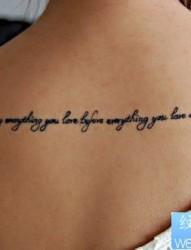 小清新女性背部英文字母纹身图案图片