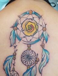 女性背部蓝色捕梦网纹身图案