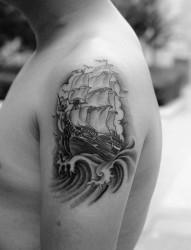 手臂黑灰帆船纹身图案
