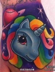 手部彩色独角兽纹身图案由武汉纹身店推荐